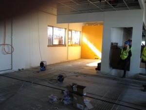 SOLGUL: Den ene veggen på kløkkenet er malt solgul. Mange av veggene i sentralen er i glass.